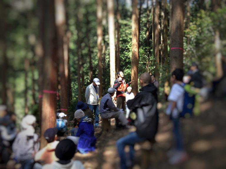 森の中での主催者による説明