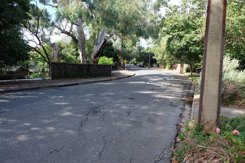 オーストラリアの街中の奥へと続く道路