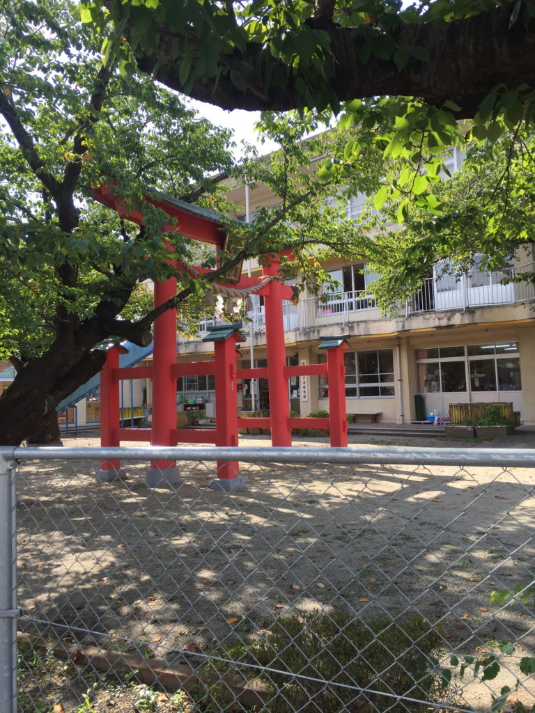 保育園の園庭にある八幡若宮神社の鳥居