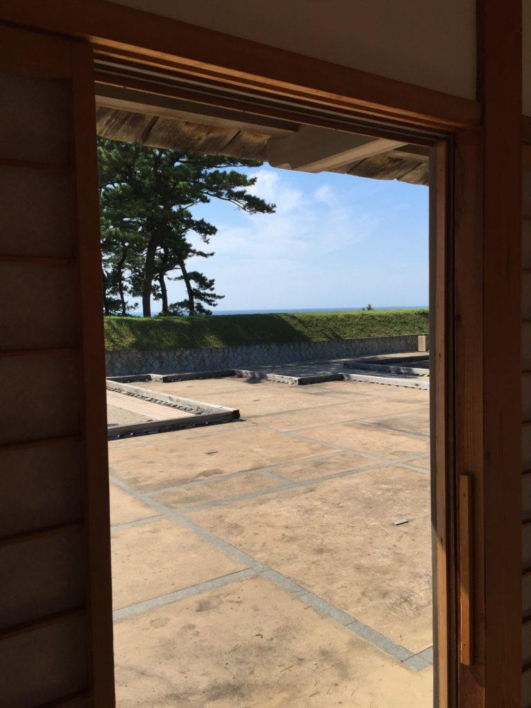 佐渡奉行所から遠くに見える海