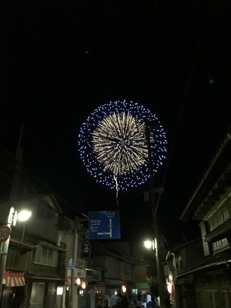 小木の街から見る花火