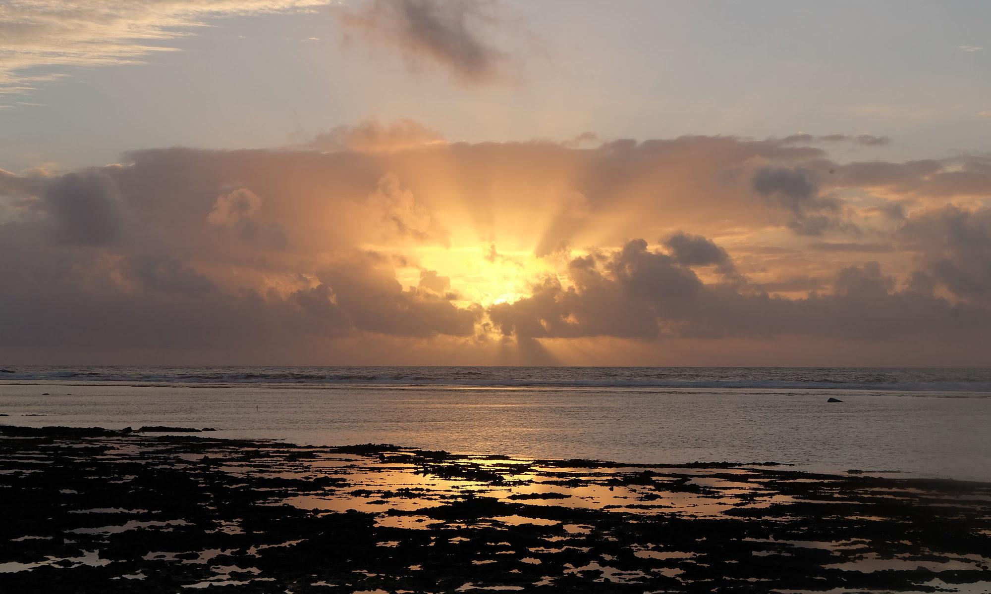 久高島の水平線からのぼる朝日