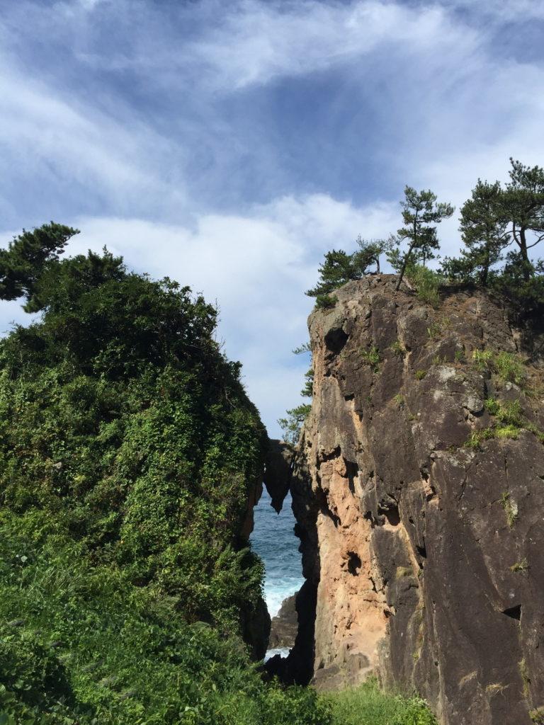 相川の弁慶の挟み岩