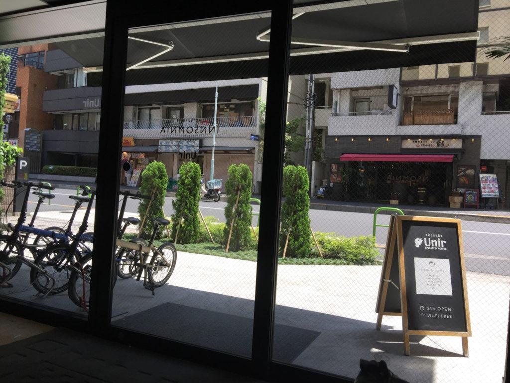 カフェウニール赤坂店の店内から外を眺める