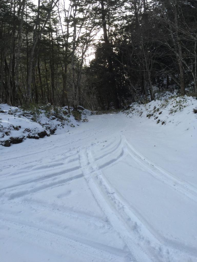 八丁湯の前の雪道