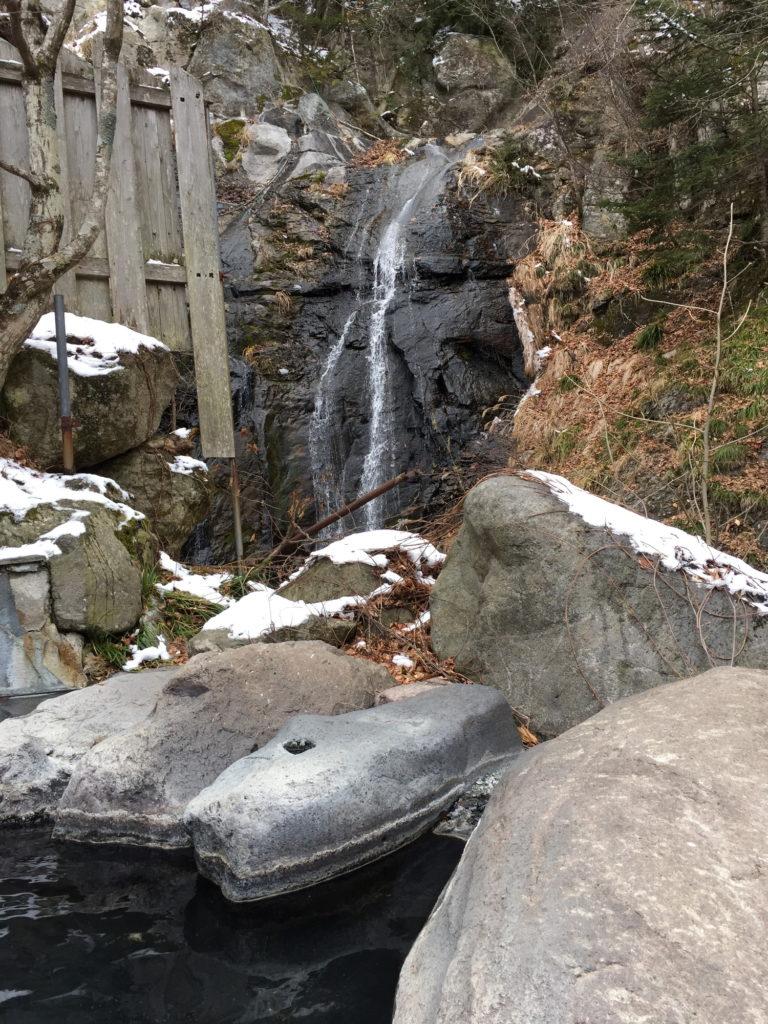八丁の湯の女性専用露天風呂から見る滝