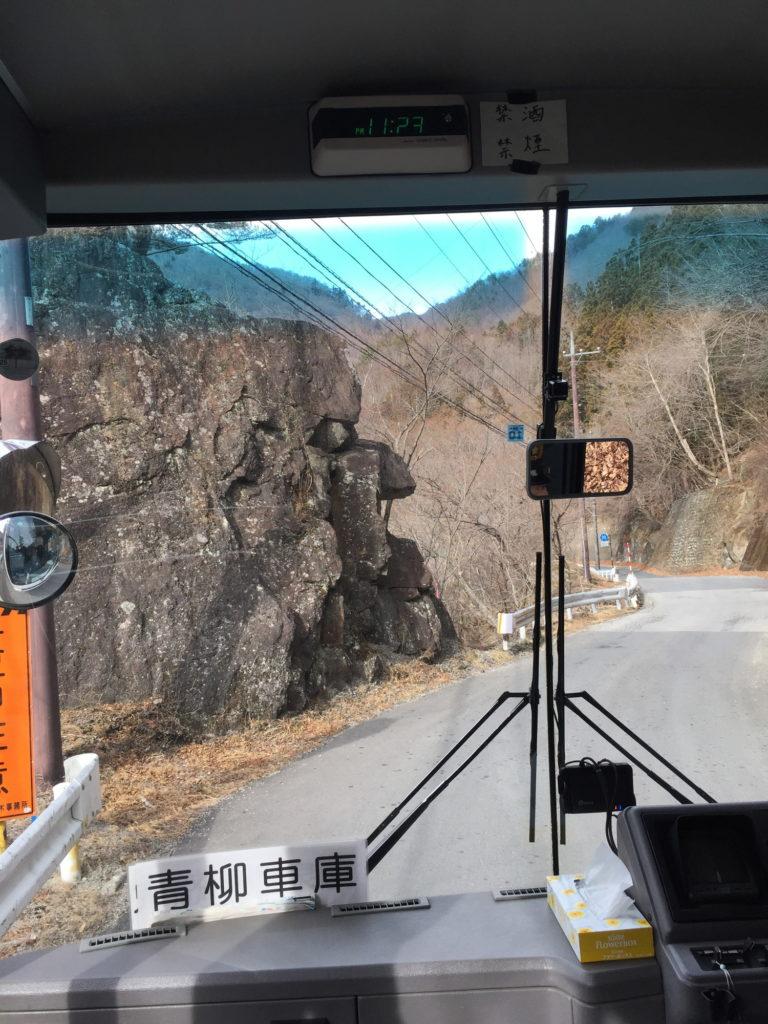 女夫渕へのバス車内から見た面白い岩