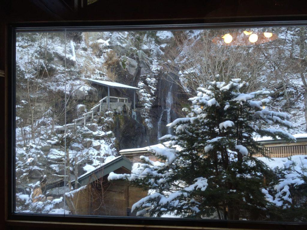 八丁湯のレストハウスから見る滝