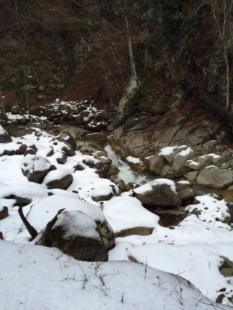 八丁湯の正面を流れる川