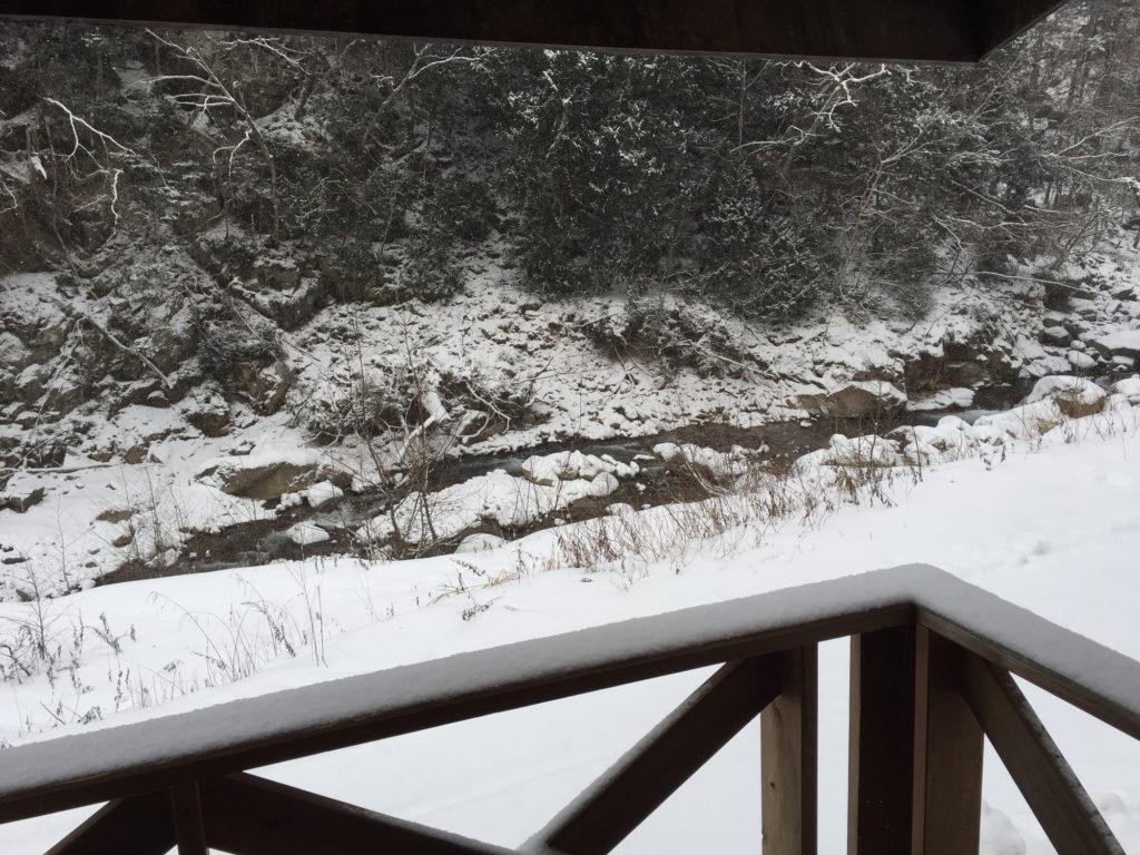 八丁湯で迎えた雪の朝をベランダから見る