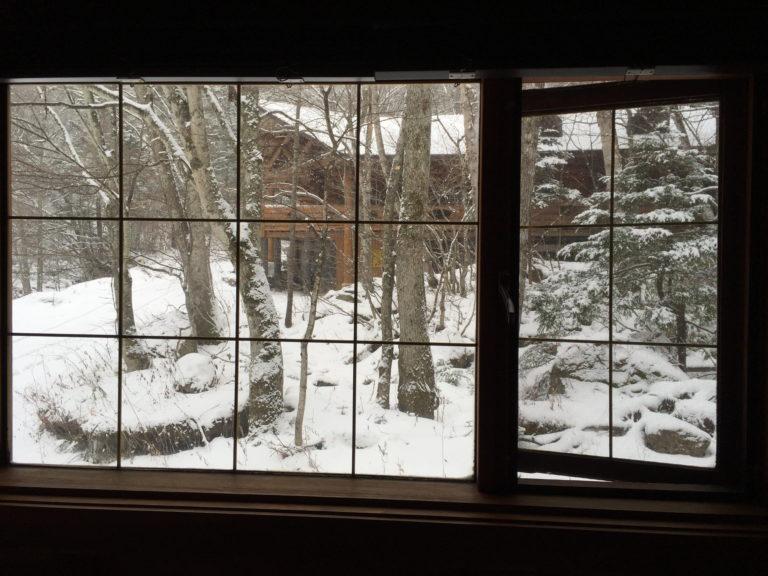 八丁湯のログハウスで迎えた雪の朝