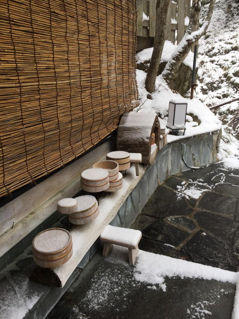 雪降る中の八丁湯の露天風呂
