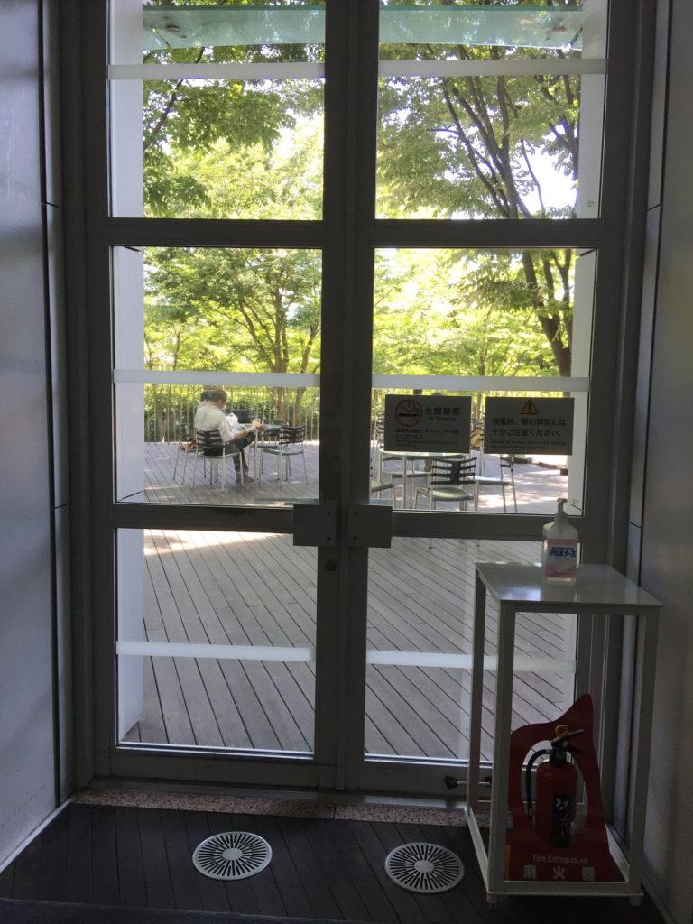 新国立美術館内のカフェコキーユからテラス席へのドア