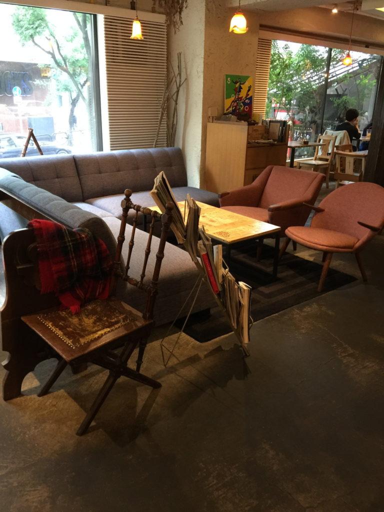 麹町カフェのソファ席