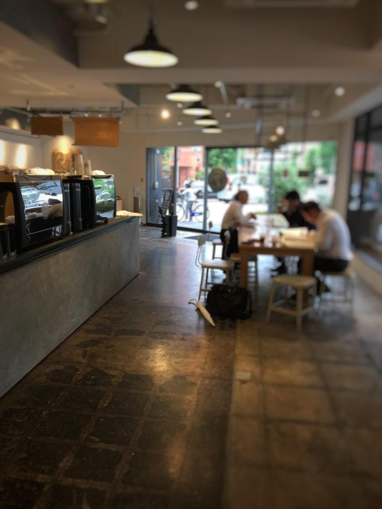 ストーリーマーコーヒーカンパニー茅場町店の店内奥より入口を見る