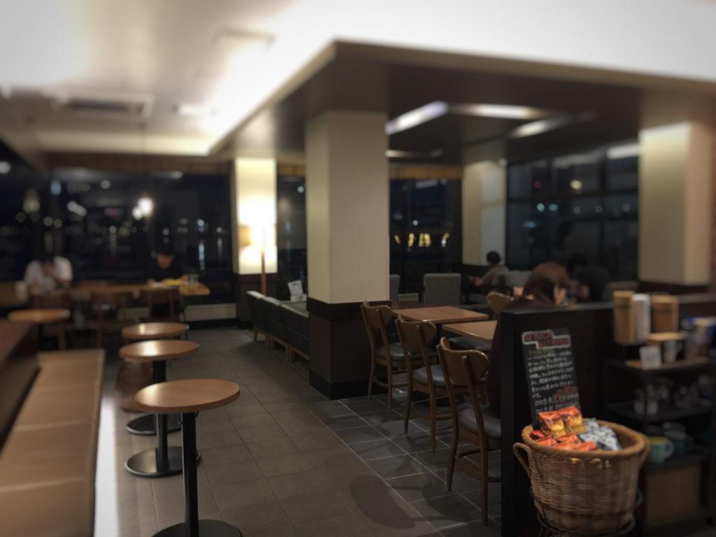 スターバックス、ショッパーズプラザ横須賀シーサイドビレッジ店の夜の店内の様子