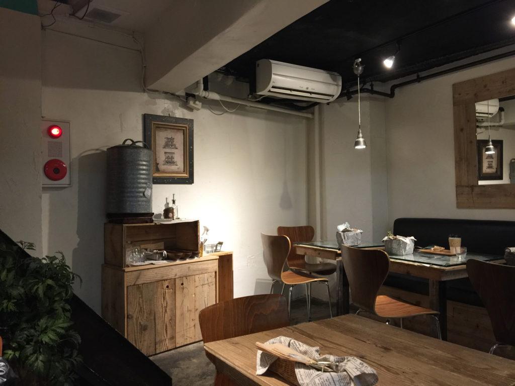 半蔵門のカフェTiMiのカフェスペースのお水など