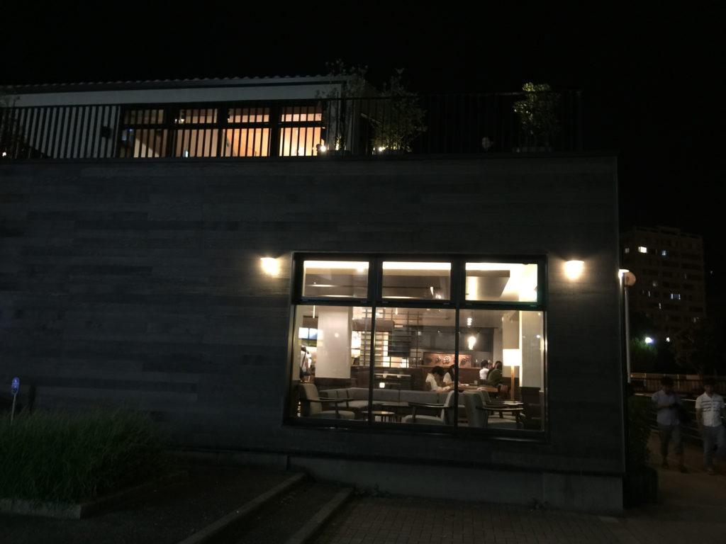 スターバックス、ショッパーズプラザ横須賀シーサイドビレッジ店の夜の外観その2