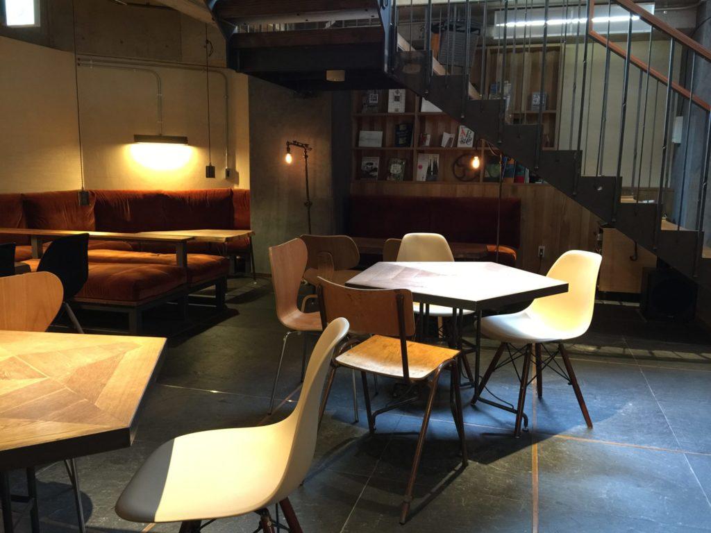 バースコーヒー地下の階段下のソファ席