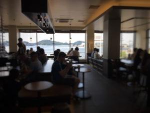 スターバックス、ショッパーズプラザ横須賀シーサイドビレッジ店から見える海と店内