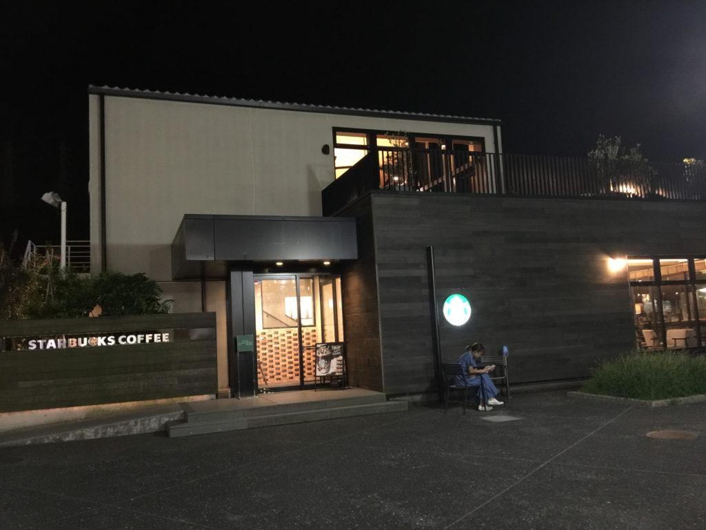 スターバックス、ショッパーズプラザ横須賀シーサイドビレッジ店の夜の外観
