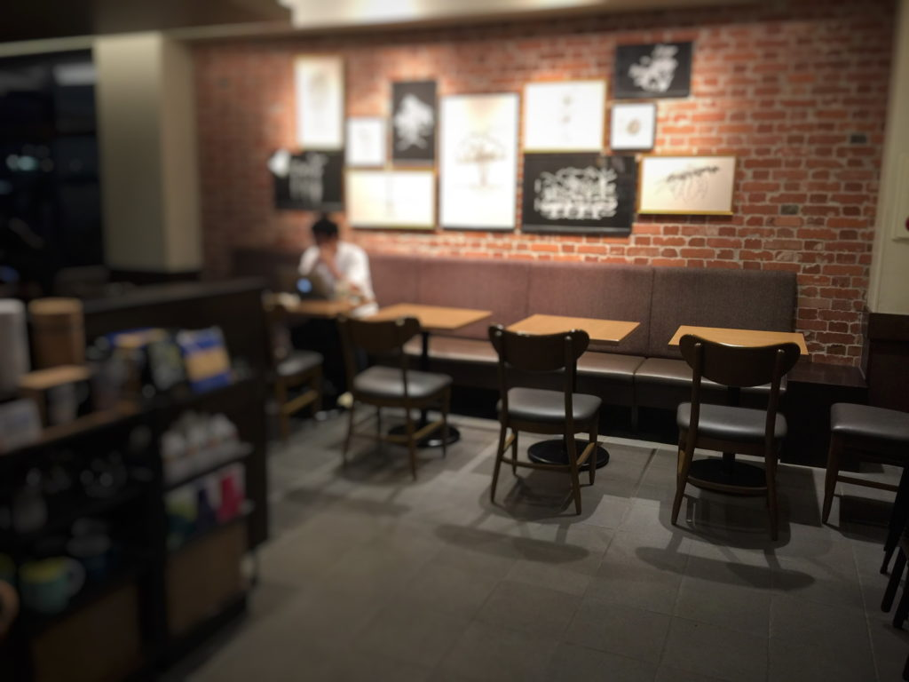 スターバックス、ショッパーズプラザ横須賀シーサイドビレッジ店の夜の店内の様子その3