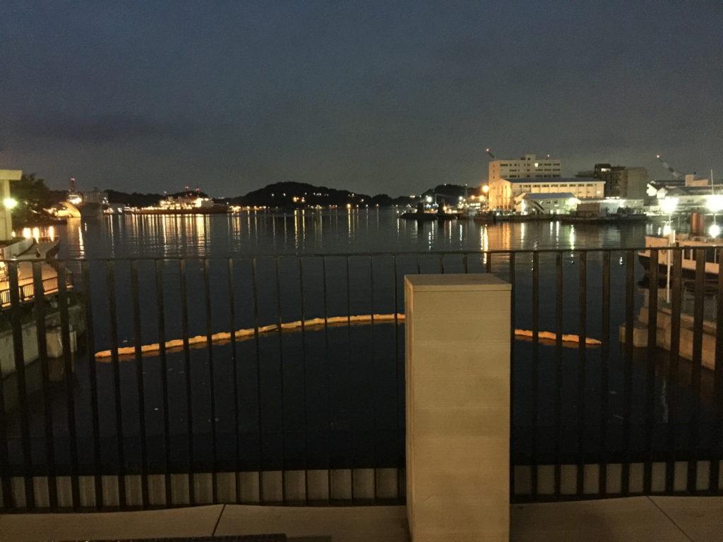 スターバックス、ショッパーズプラザ横須賀シーサイドビレッジ店の前の夜の海