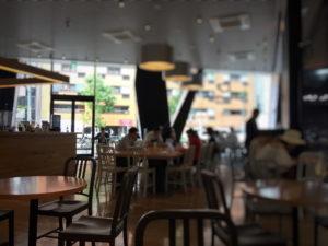 六本木ダウンステーアズコーヒーの店内から見る大きな窓