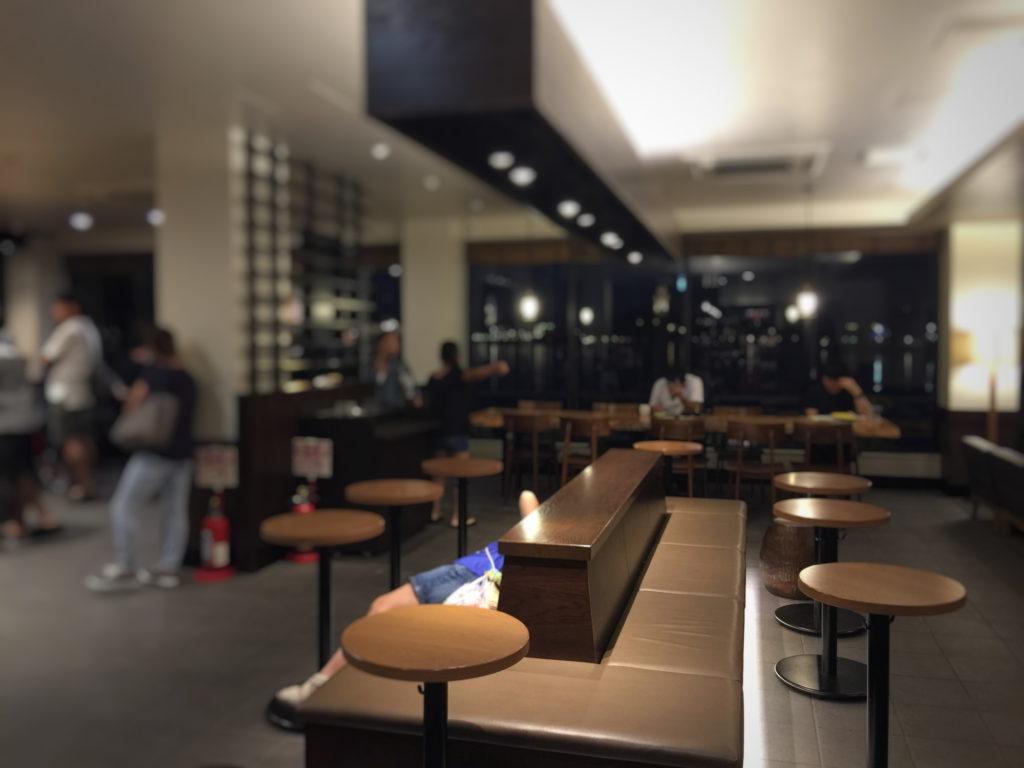 スターバックス、ショッパーズプラザ横須賀シーサイドビレッジ店の夜の店内の様子その2