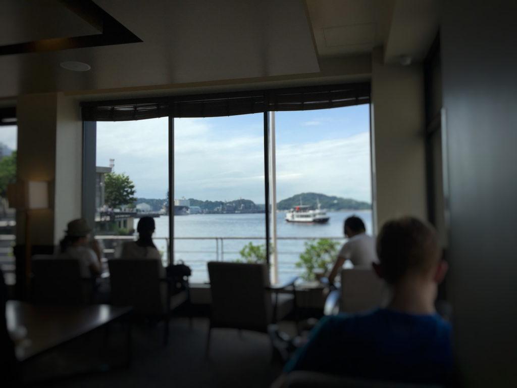スターバックス、ショッパーズプラザ横須賀シーサイドビレッジ店から見える観光船