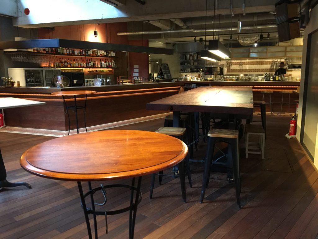 バースコーヒー地下のバーカウンター