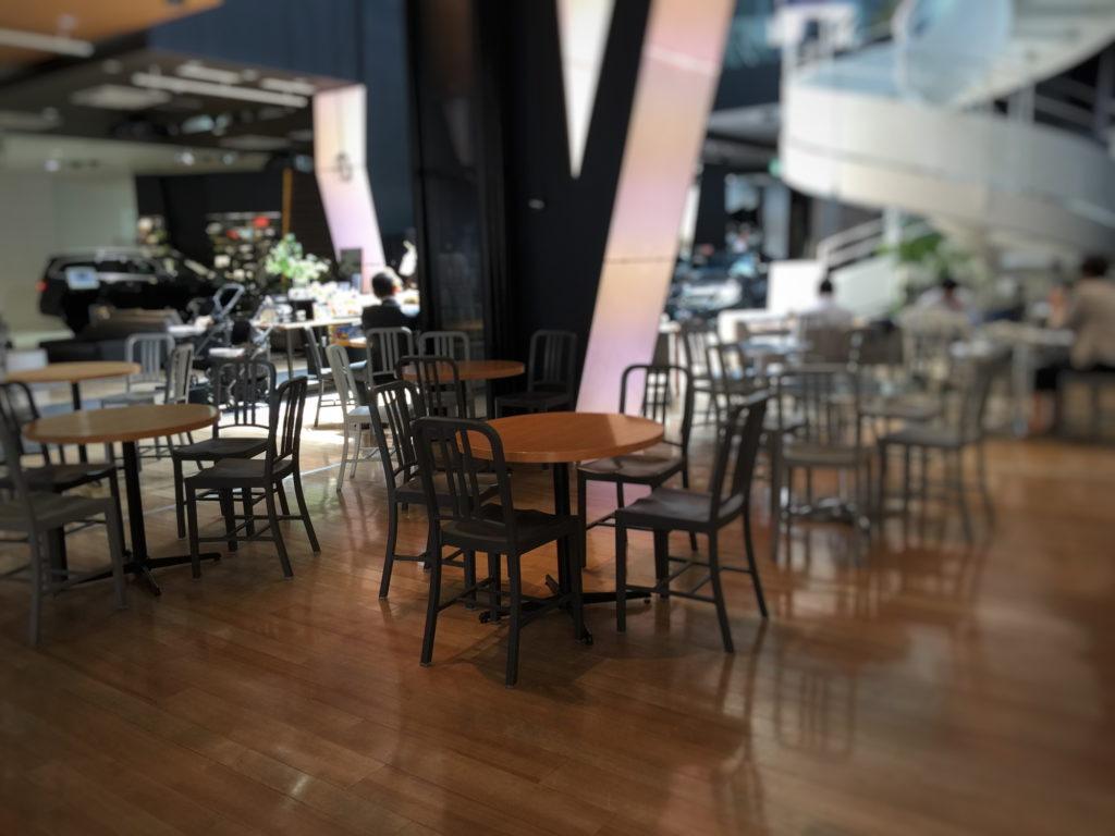 六本木ダウンステーアズコーヒーの店内奥の2階へのぼる階段