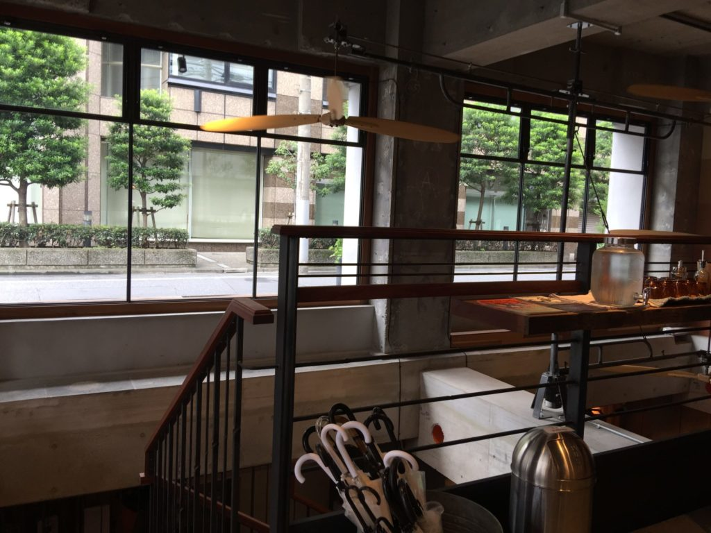 バースコーヒー1階の大きな窓