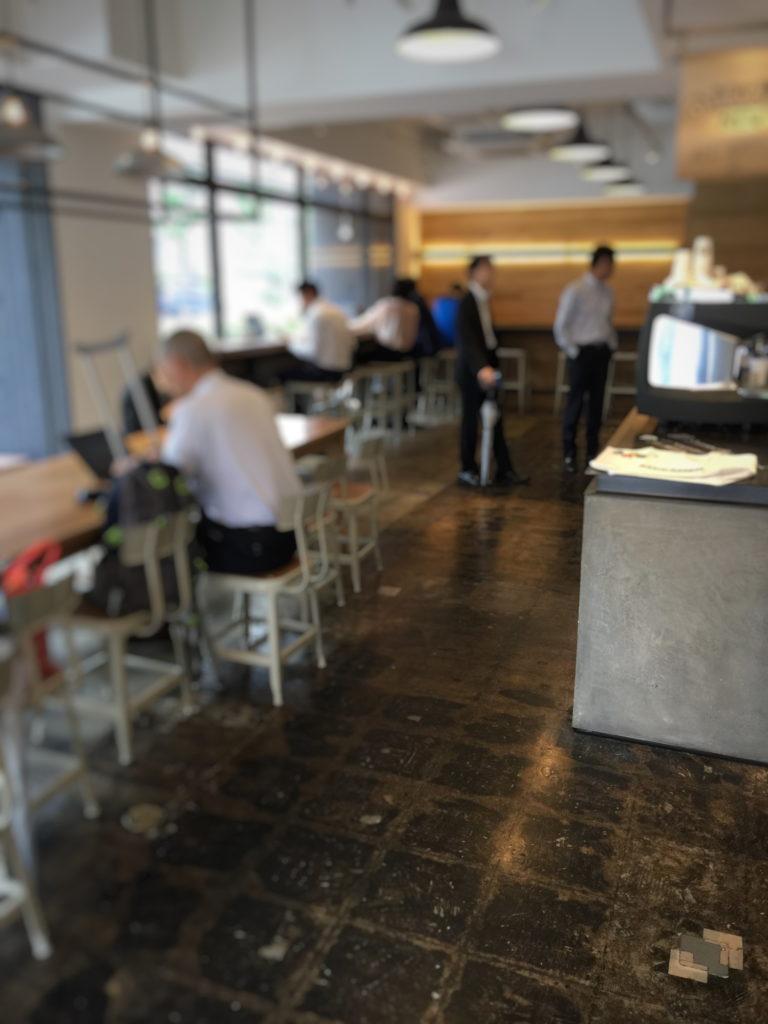 ストーリーマーコーヒーカンパニー茅場町店のテーブル席とカウンター席
