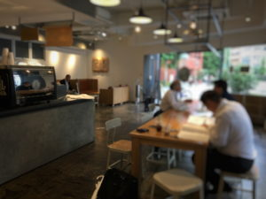 ストーリーマーコーヒーカンパニー茅場町店の店内奥より入口を見るその2