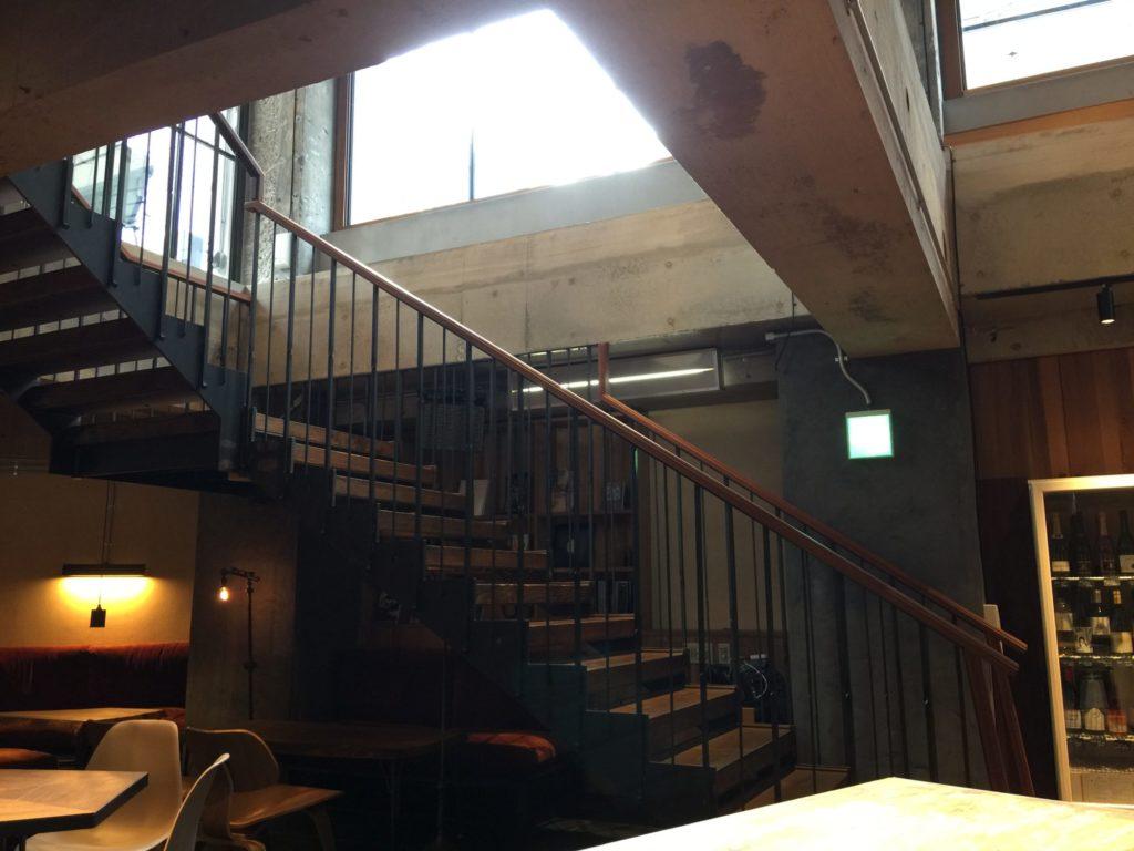 バースコーヒーの地下の階に射し込む光