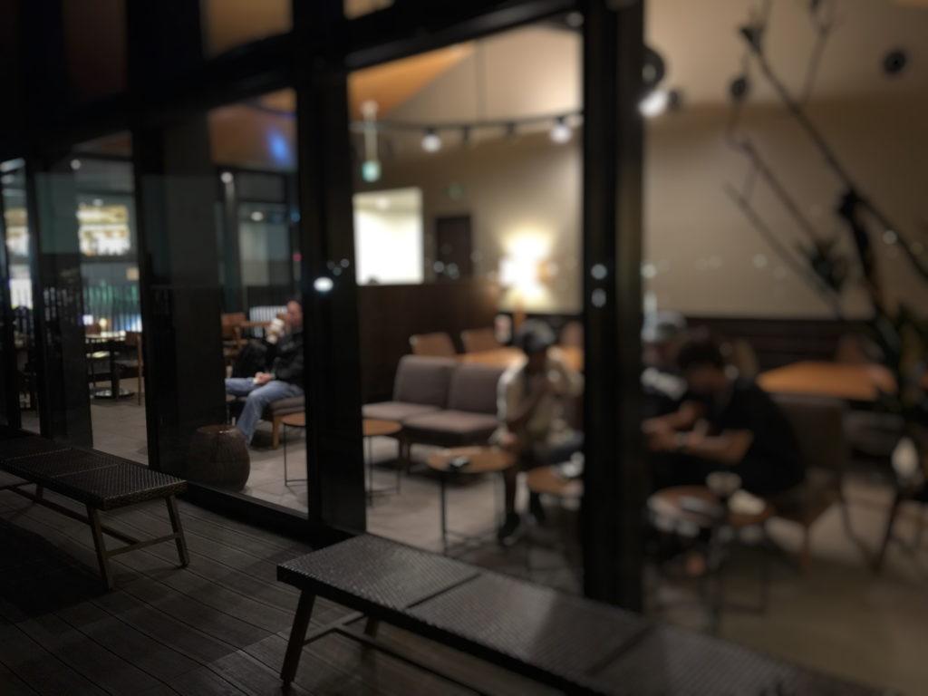スターバックス、ショッパーズプラザ横須賀シーサイドビレッジ店の夜の店内の2階席の様子