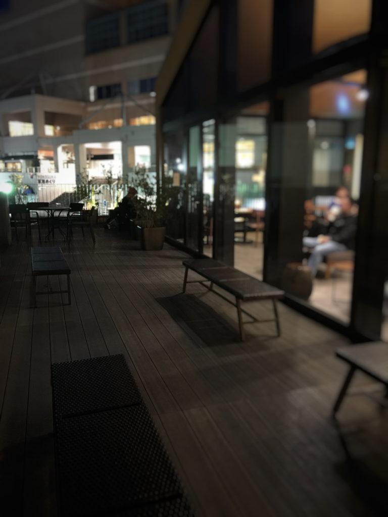スターバックス、ショッパーズプラザ横須賀シーサイドビレッジ店の夜の店内の2階テラスの様子