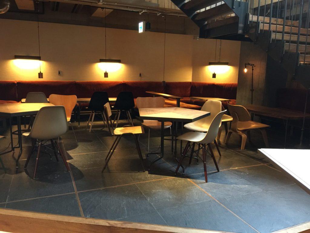 バースコーヒー地下のソファ席