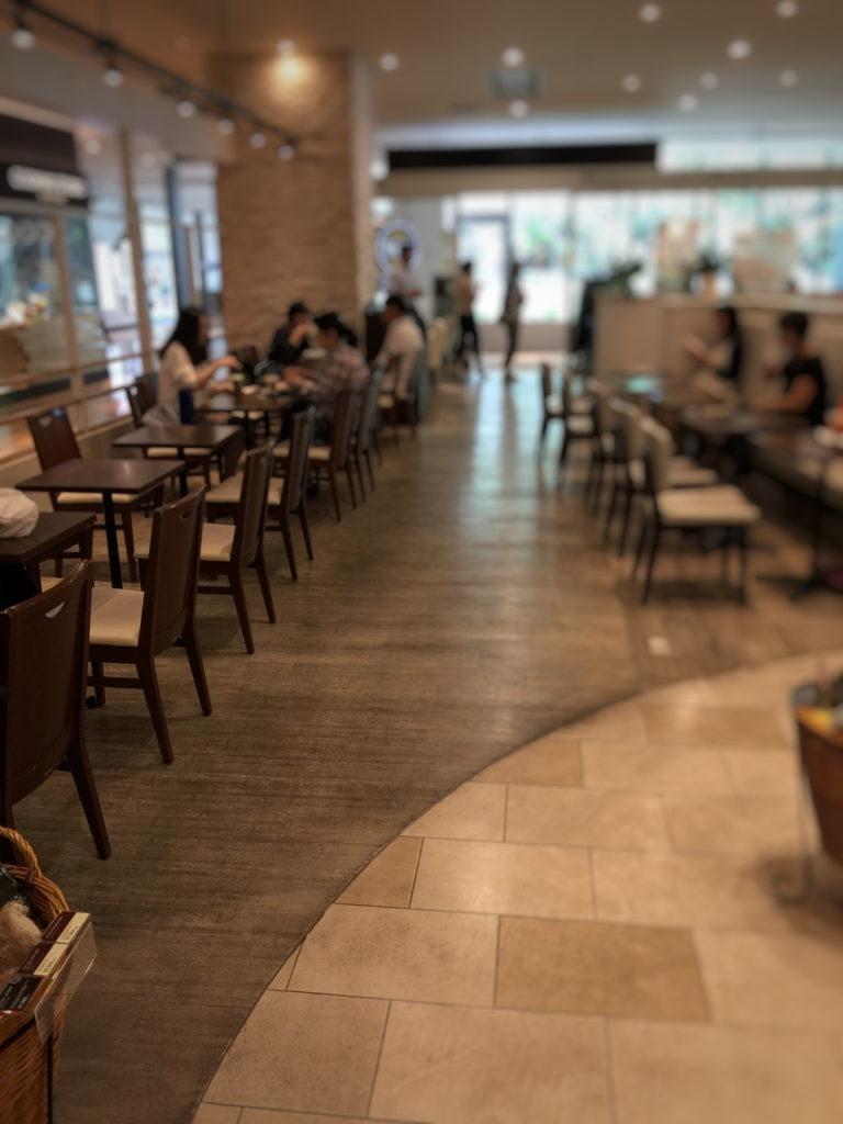 タリーズコーヒー マークイズみなとみらい店のテーブル席