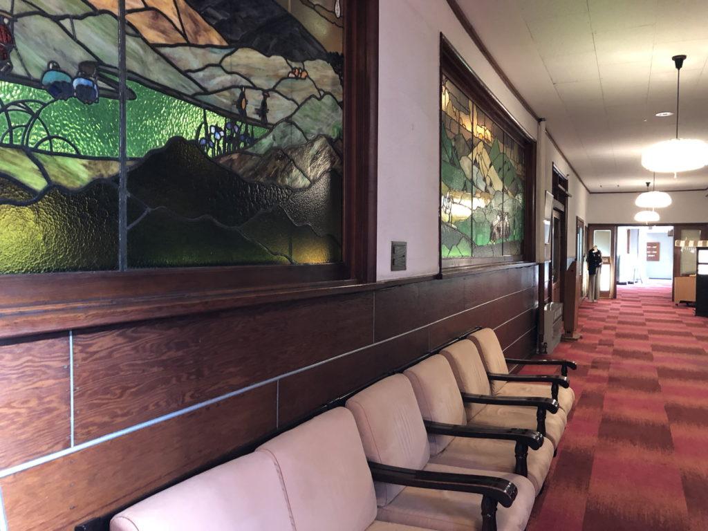 万平ホテル館内の大きなステンドグラス