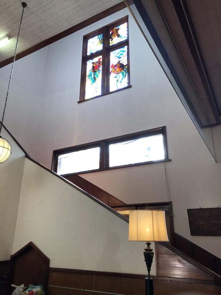 万平ホテル館内の階段そばのステンドグラス