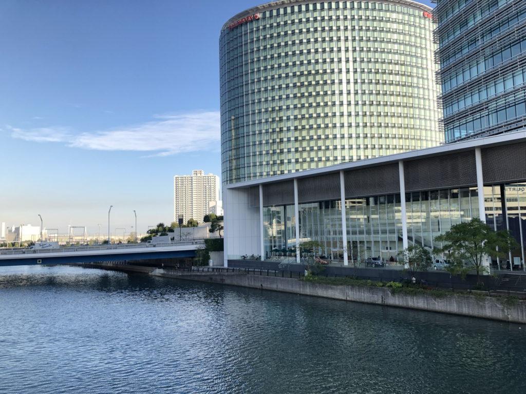 橋から見るスターバックスコーヒー 日産グローバル本社ギャラリー店
