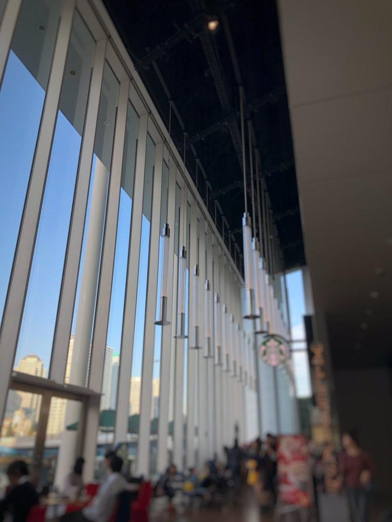 スターバックスコーヒー 日産グローバル本社ギャラリー店の大きな窓ガラス