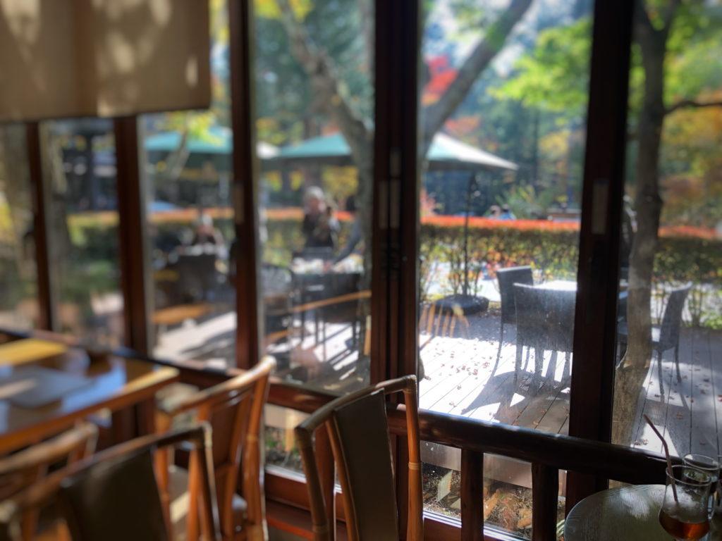 万平ホテルカフェテラスのテラス席を店内から眺める
