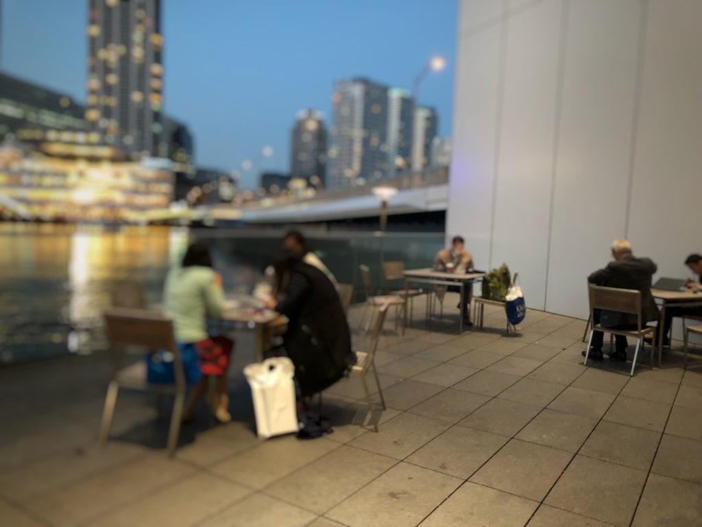 スターバックスコーヒー 日産グローバル本社ギャラリー店のテラス席と川