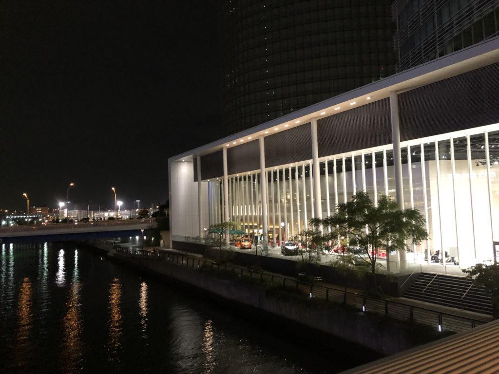 夜のスターバックスコーヒー 日産グローバル本社ギャラリー店の外観