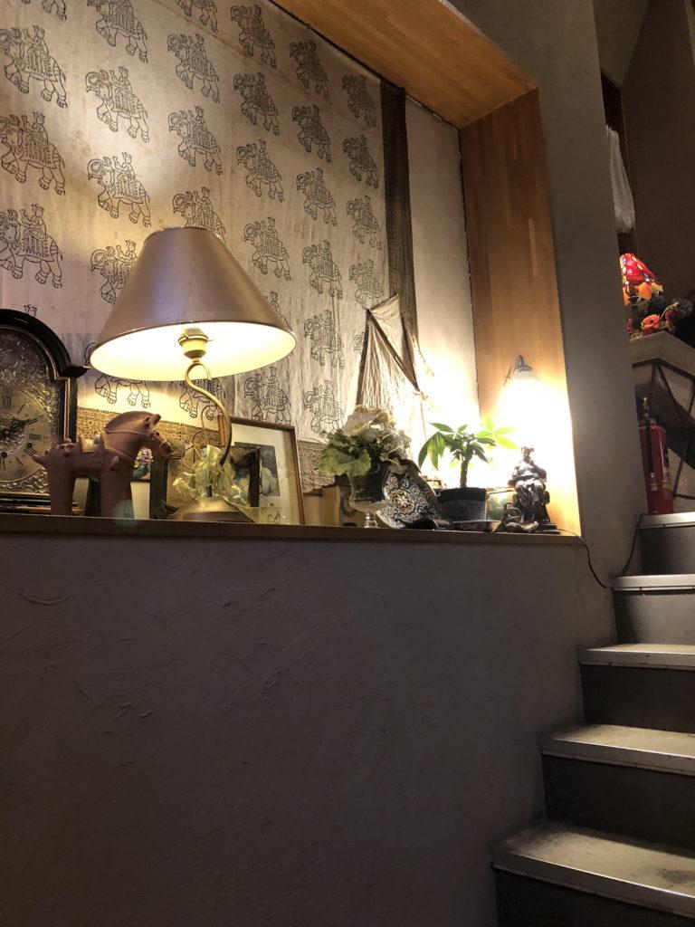 カフェムルソー3階への階段横の飾りつけ