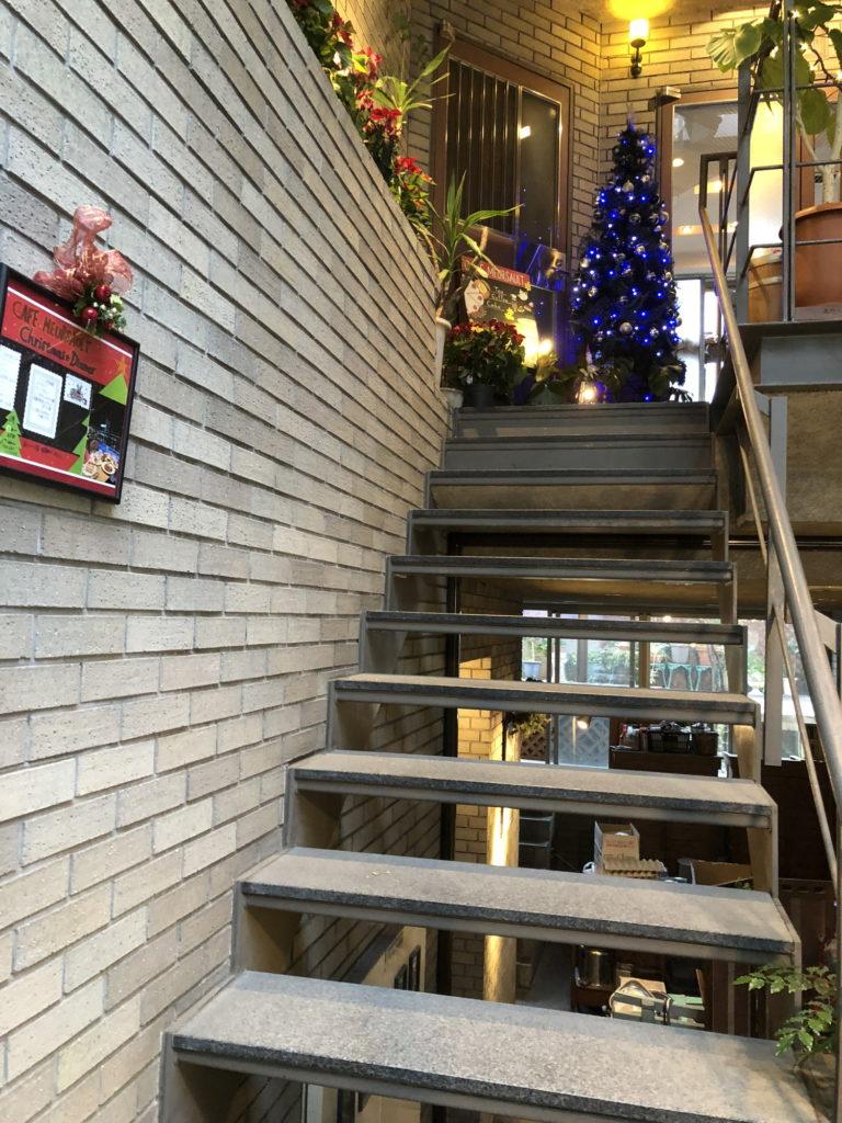 カフェムルソー店内へと続く階段