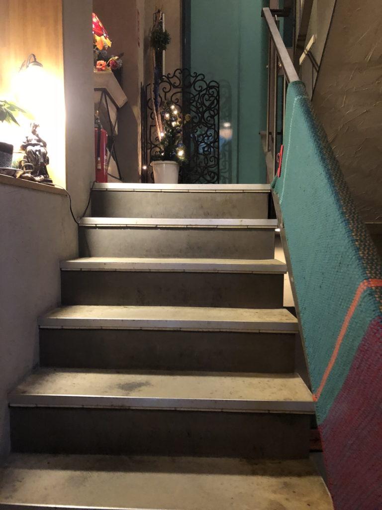 カフェムルソー3階へと続く階段その2